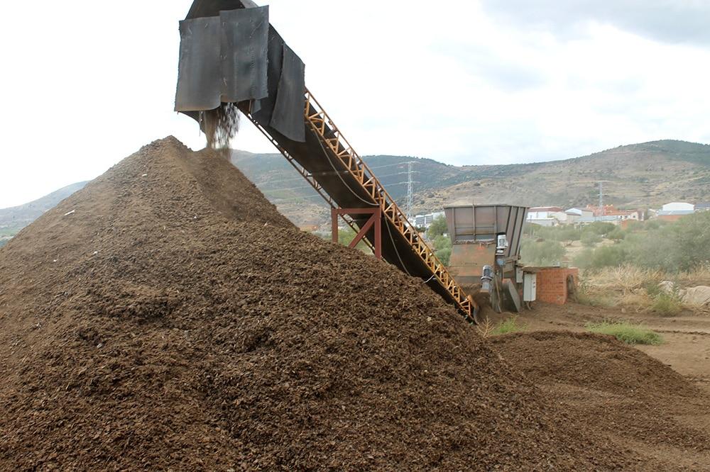Comprar mantillo natural. Venta de mantillo natural y tierras vegetales Madrid y norte de Madrid y España