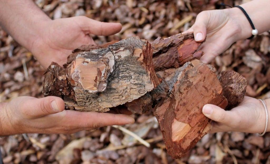 Comprar corteza de pino para jardines. Venta de corteza de pino para jardines, mantillo natural y tierras vegetales Madrid y norte de Madrid y España